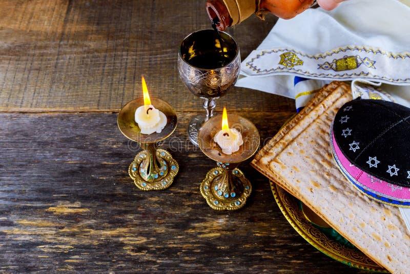 Sluit omhoog van vooravond passover Joodse vakantie passover matzot en tallit het substituut voor brood op de Joodse Pascha stock afbeelding