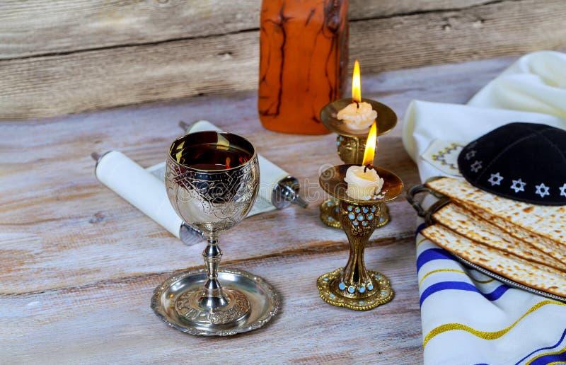 Sluit omhoog van vooravond passover Joodse vakantie passover matzot en tallit het substituut voor brood op de Joodse Pascha stock foto