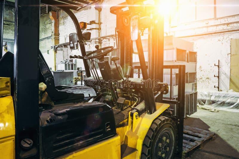 Sluit omhoog van Vorkheftruck binnen pakhuis of fabriek of logistiekbedrijf stock afbeeldingen