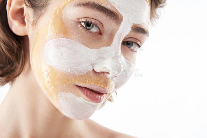 Sluit omhoog van vrij jonge vrouw met gezichtsmasker royalty-vrije stock foto's
