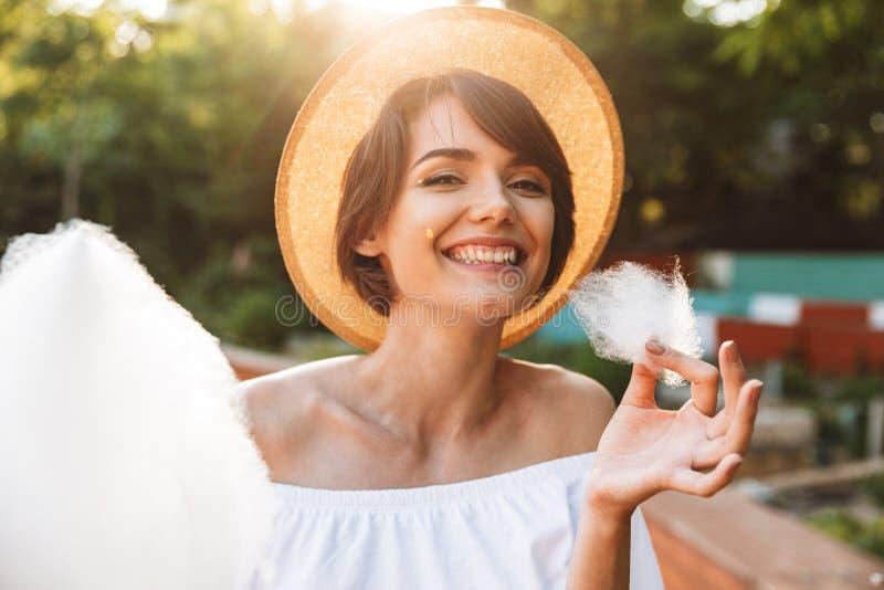 Sluit omhoog van vrolijk jong meisje gekleed in de zomerkleren royalty-vrije stock foto's
