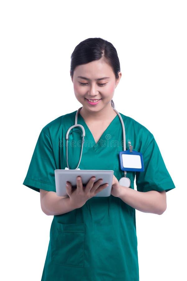 Sluit omhoog van vrouw arts gebruikend tabletPC stock foto