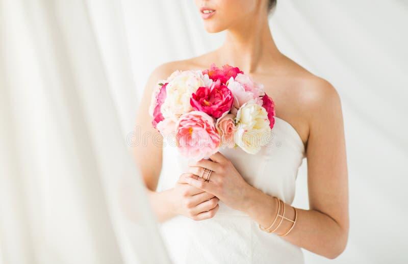 Sluit omhoog van vrouw of bruid met bloemboeket royalty-vrije stock afbeeldingen