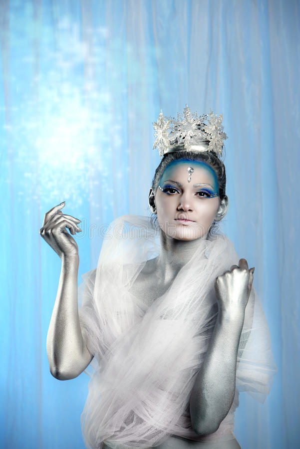 Sluit omhoog van vrouw creatief dragen maken omhoog als Ijskoningin stock fotografie