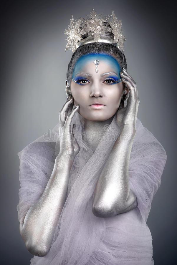 Sluit omhoog van vrouw creatief dragen maken omhoog als Ijskoningin royalty-vrije stock fotografie