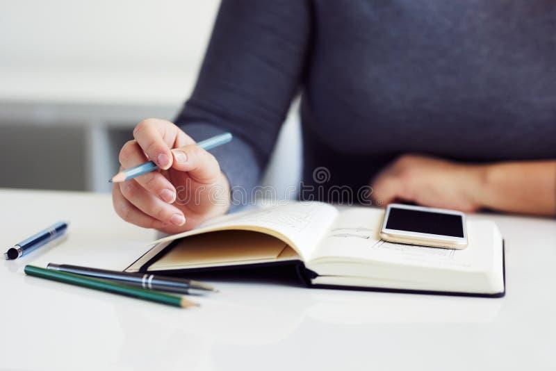 Sluit omhoog van vrouw die grafische schets schetsen stock fotografie