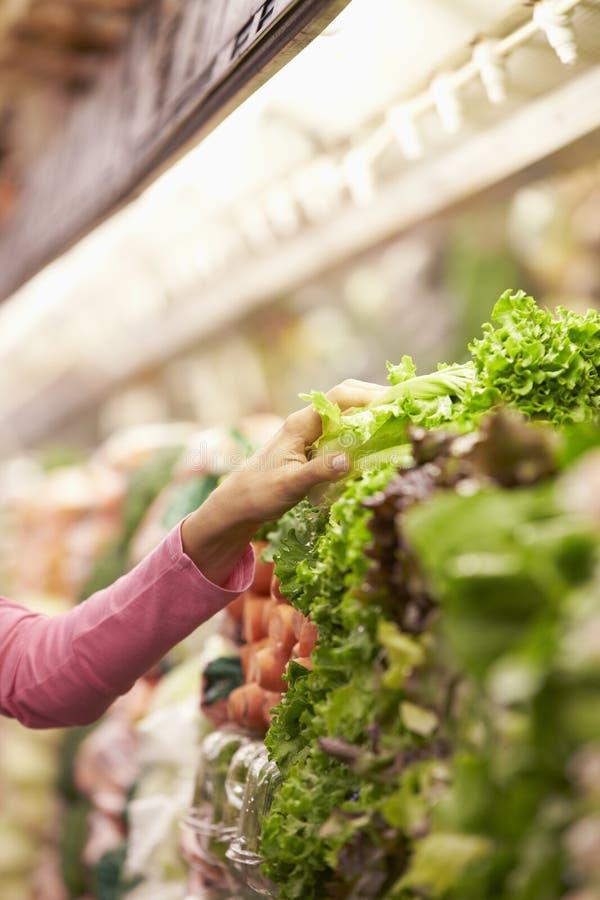 Sluit omhoog van Vrouw die Salade in Supermarkt kiezen royalty-vrije stock fotografie