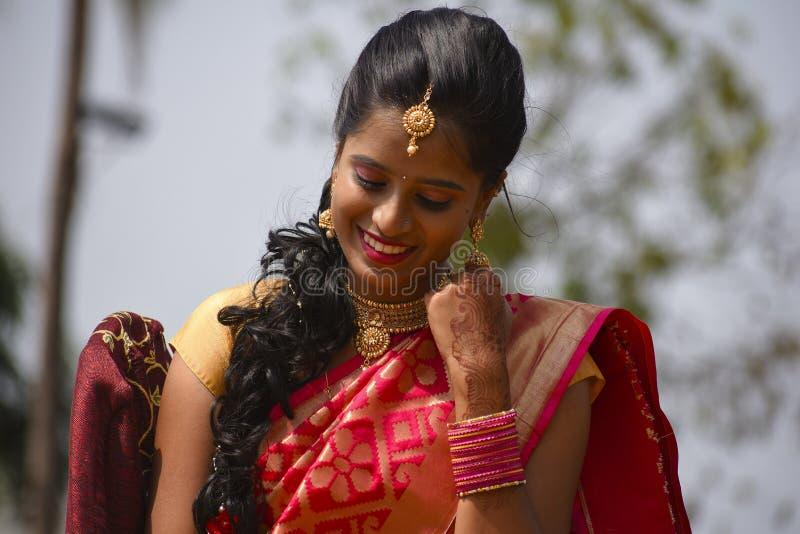 Sluit omhoog van vrouw gekleed in Indische kledij en juwelen neer kijkend, Pune royalty-vrije stock afbeeldingen