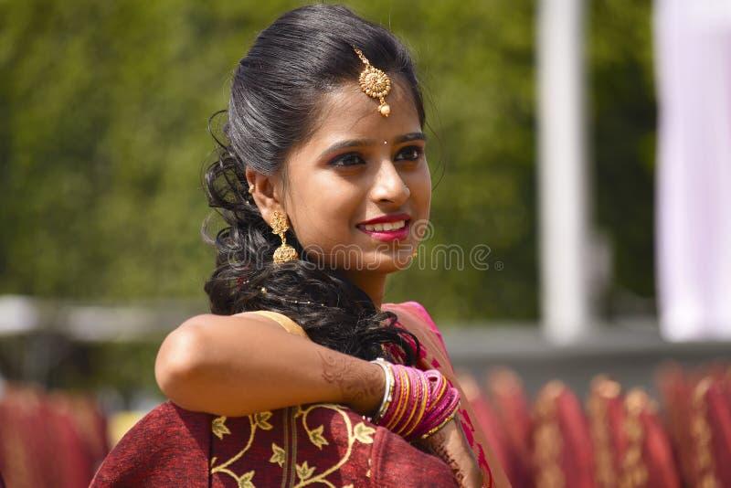 Sluit omhoog van vrouw gekleed in Indische kledij en juwelen, Pune stock foto's