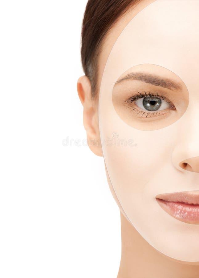 Sluit omhoog van vrouw met collageen gezichtsmasker royalty-vrije stock afbeeldingen