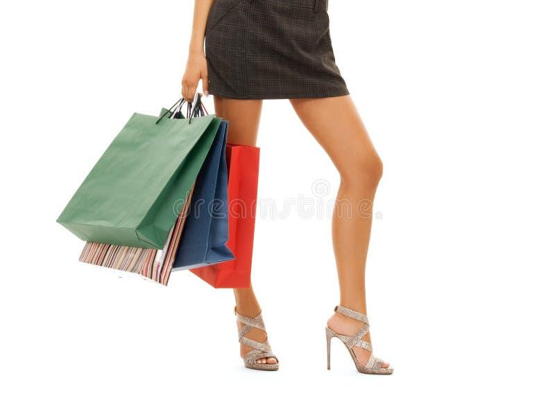 Sluit omhoog van vrouw met het winkelen zakken over wit stock foto's