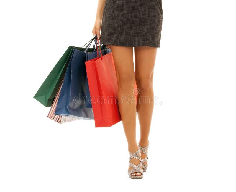 Sluit omhoog van vrouw met het winkelen zakken over wit stock afbeelding
