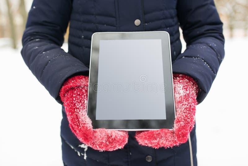 Sluit omhoog van vrouw met tabletpc in de winter stock foto's