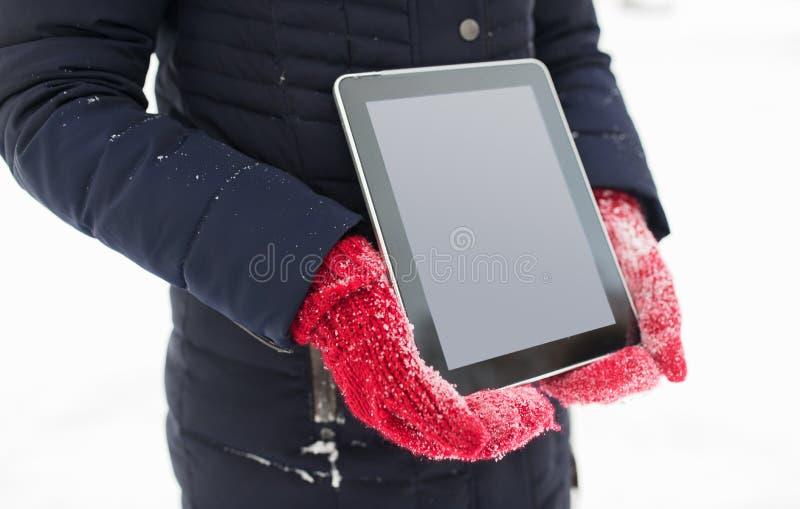 Sluit omhoog van vrouw met tabletpc in de winter royalty-vrije stock foto