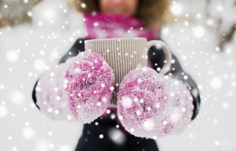 Sluit omhoog van vrouw met theemok in openlucht in de winter royalty-vrije stock fotografie
