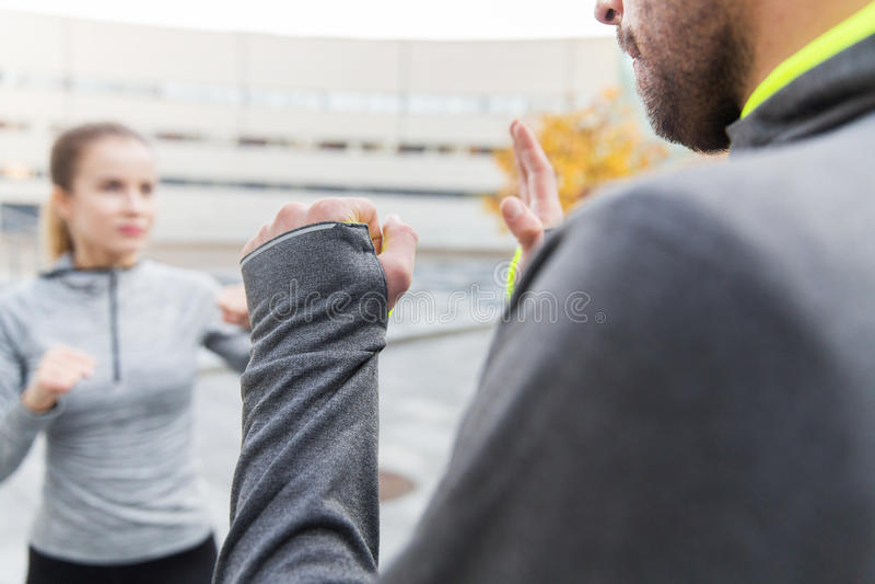 Sluit omhoog van vrouw met trainer het werk uit staking stock foto