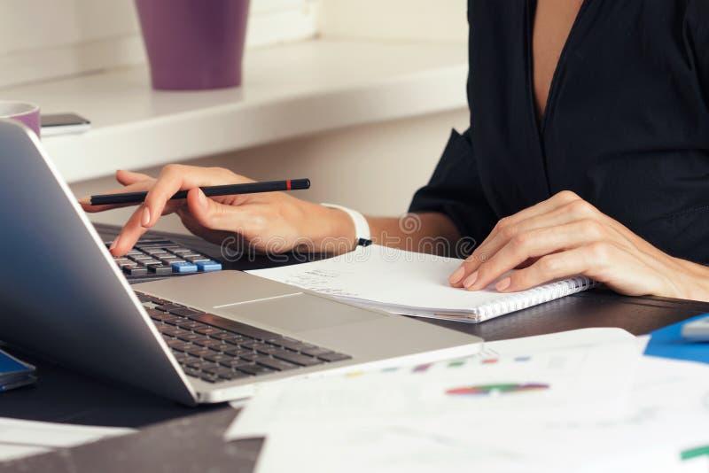 Sluit omhoog van vrouwelijke accountant of bankier die berekeningen maken royalty-vrije stock afbeeldingen