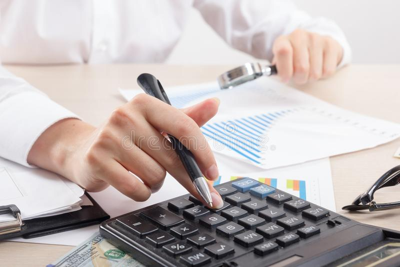 Sluit omhoog van vrouwelijke accountant of bankier die berekeningen maken Besparingen, financiën en economieconcept royalty-vrije stock foto