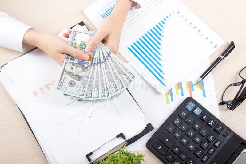 Sluit omhoog van vrouwelijke accountant of bankier die berekeningen maken Besparingen, financiën en economieconcept stock afbeeldingen