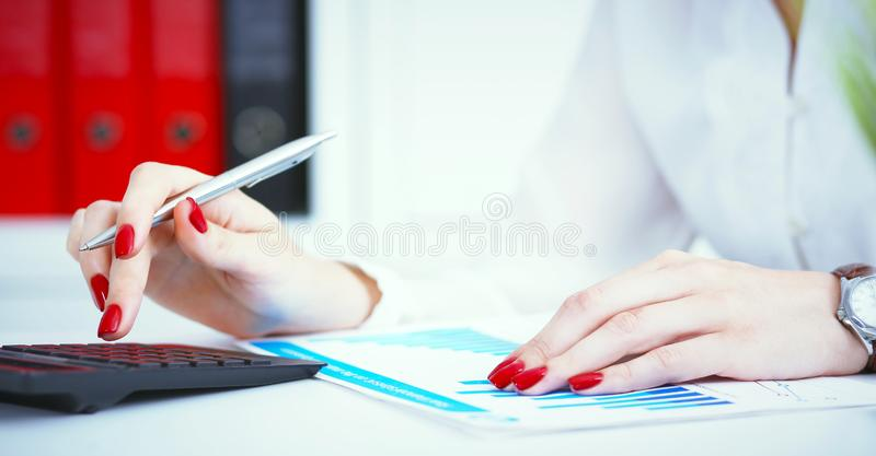 Sluit omhoog van vrouwelijke accountant of bankiershand makend berekeningen Besparingen, financiën en economieconcept stock foto's