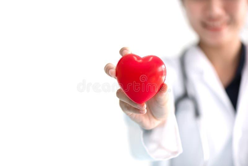 Sluit omhoog van vrouwelijke arts met rood hart Medisch en gezondheidszorgconcept stock foto