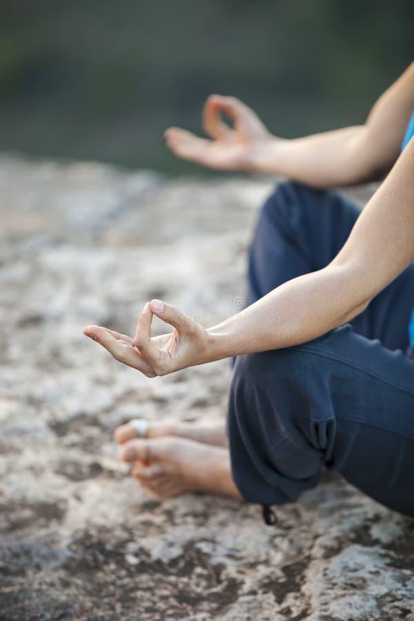 Sluit omhoog van vrouwelijke hand zen gesturing stock afbeeldingen