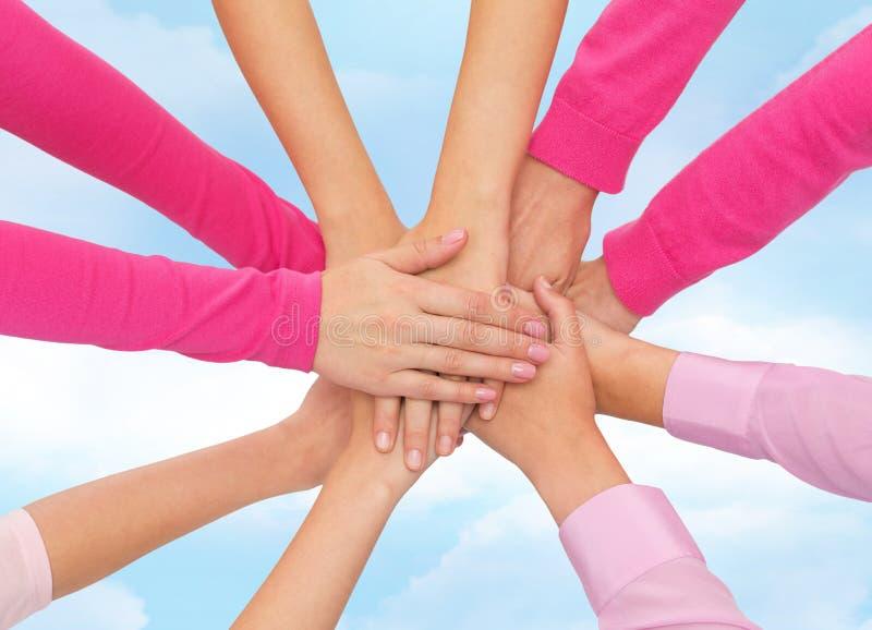 Sluit omhoog van vrouwen met handen op bovenkant royalty-vrije stock afbeeldingen