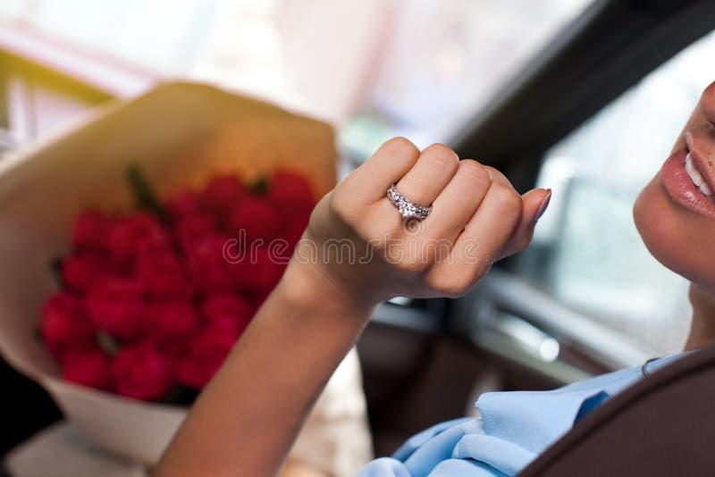 Sluit omhoog van vrouwenhand met diamantring royalty-vrije stock fotografie