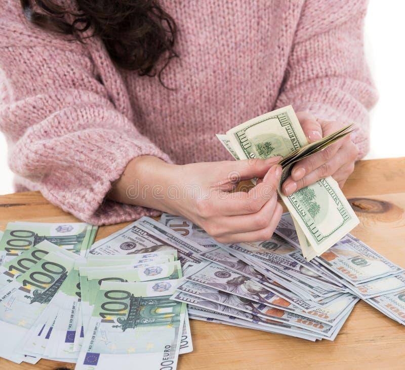 Sluit omhoog van vrouwenhanden houdend ons dollar en euro geld royalty-vrije stock afbeeldingen