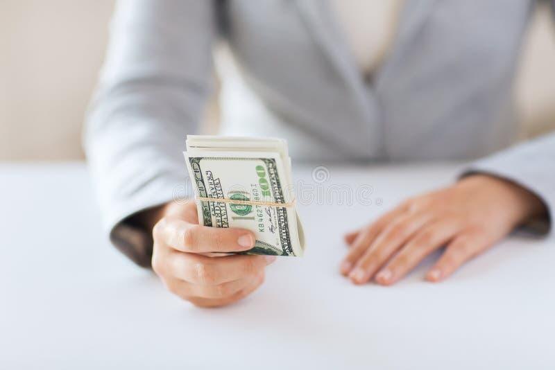 Sluit omhoog van vrouwenhanden houdend ons dollargeld stock afbeelding