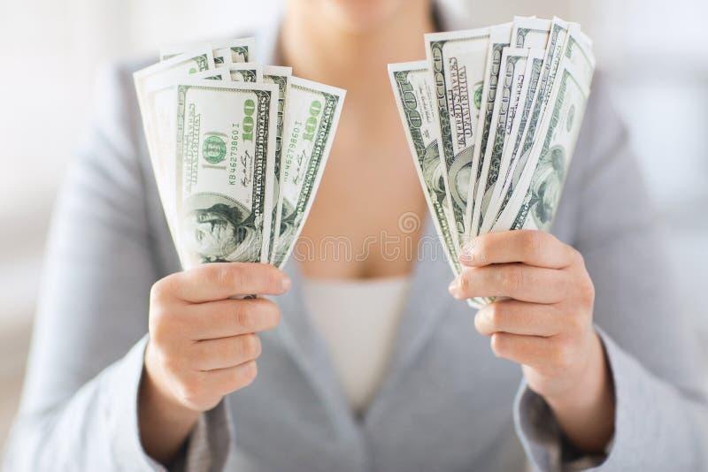 Sluit omhoog van vrouwenhanden houdend ons dollargeld royalty-vrije stock fotografie