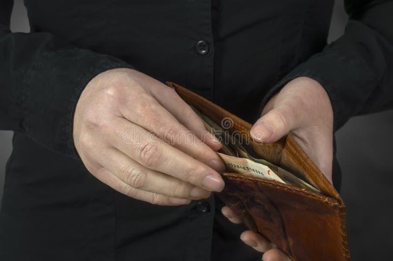 Sluit omhoog van vrouwenhanden met portefeuille en euro geld royalty-vrije stock foto