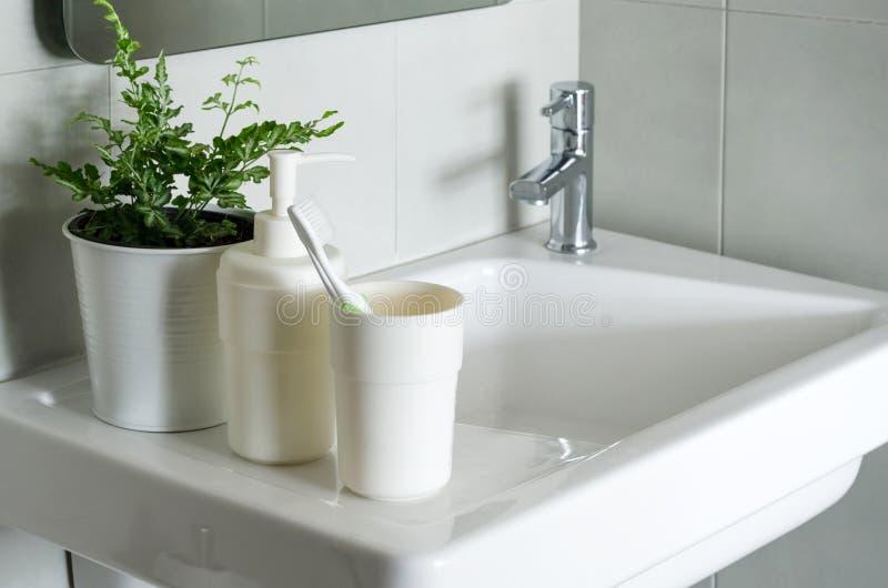Sluit omhoog van wasbak in een badkamers royalty-vrije stock foto