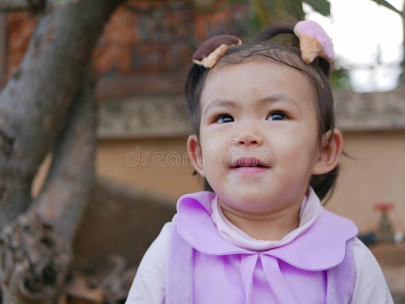 Sluit omhoog van weinig Aziatisch en babymeisje die gelukkig glimlachen zijn stock foto