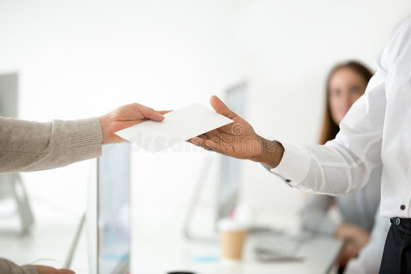 Sluit omhoog van werkgever die succesvolle arbeider met geldbonus belonen stock foto's
