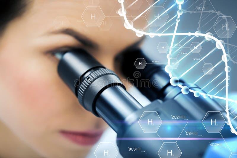Sluit omhoog van wetenschapper het kijken aan microscoop in laboratorium stock foto's