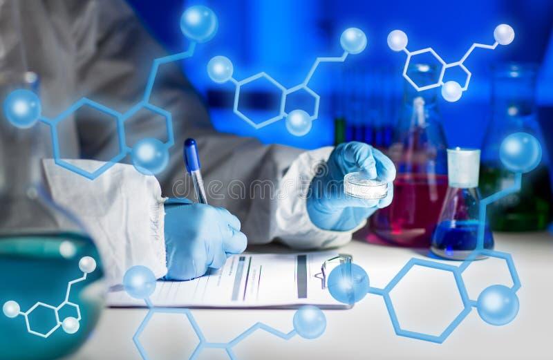 Sluit omhoog van wetenschapper het schrijven testresultaten in laboratorium royalty-vrije illustratie