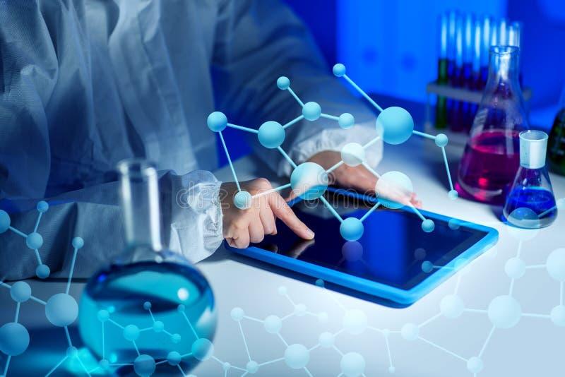 Sluit omhoog van wetenschapper met tabletpc in laboratorium royalty-vrije illustratie