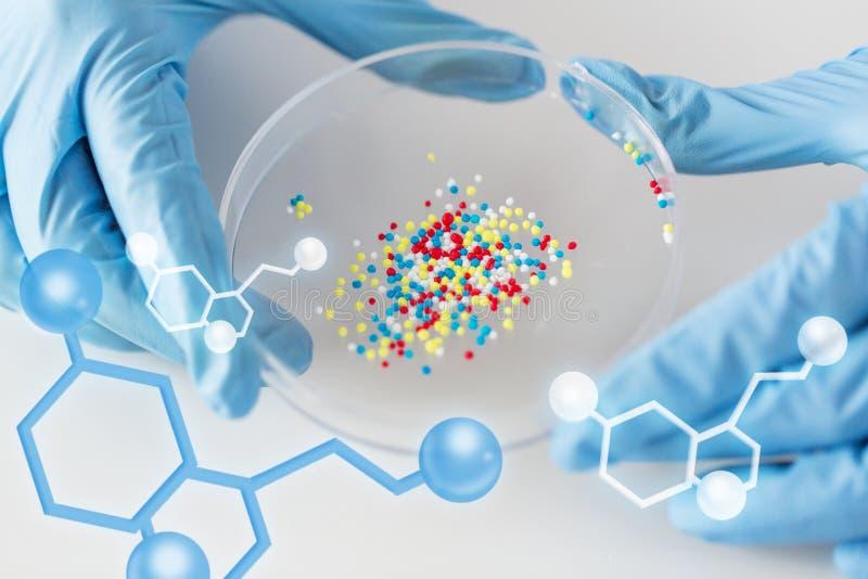 Sluit omhoog van wetenschapperhanden houdend chemische behandeling vector illustratie