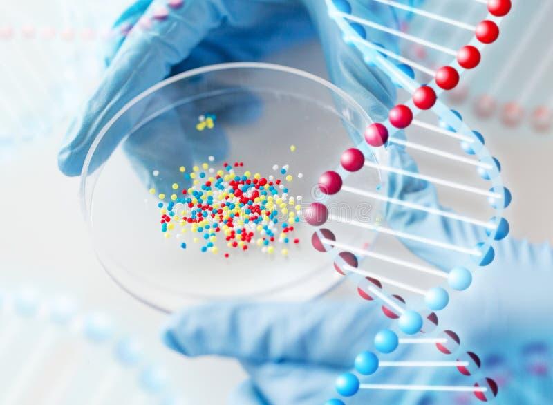 Sluit omhoog van wetenschapperhanden houdend chemische behandeling stock illustratie
