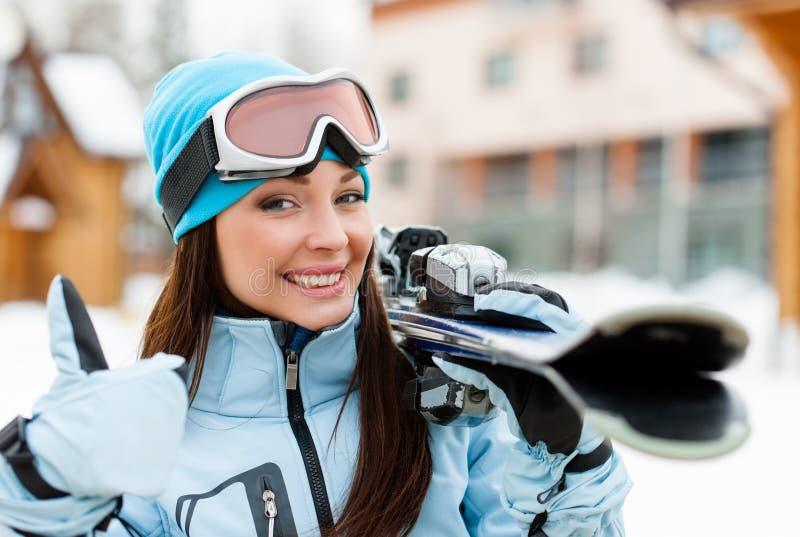Sluit omhoog van wijfje die skis overhandigen dat omhoog beduimelt royalty-vrije stock afbeeldingen