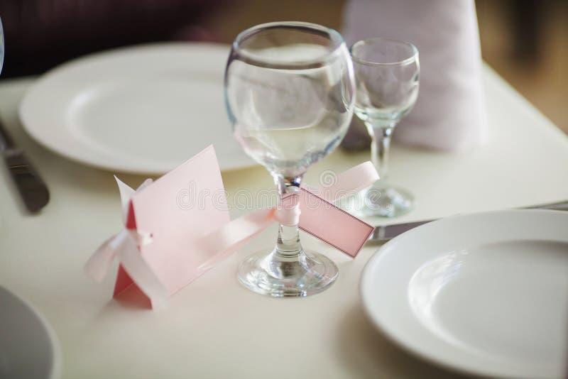 Sluit omhoog van wijnglas en naamkaart Dien het plaatsen in royalty-vrije stock foto
