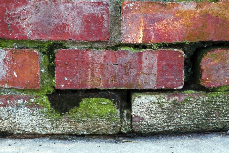 Sluit omhoog van Wijnoogst die Rode Bakstenen muur afbrokkelen royalty-vrije stock fotografie