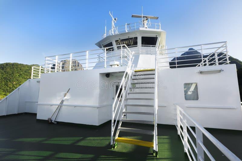 Sluit omhoog van wit van de cruisevoering of veerboot schip en blauwe hemel royalty-vrije stock foto's