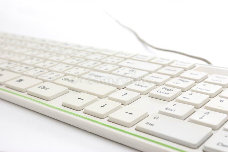 Sluit omhoog van wit toetsenbord op witte achtergrond stock fotografie