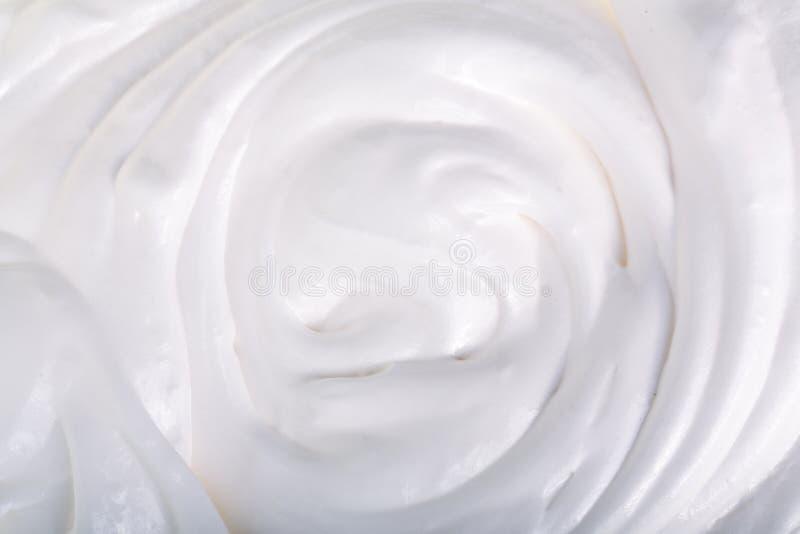 Sluit omhoog van witte geranseld of een zure room op witte achtergrond stock foto