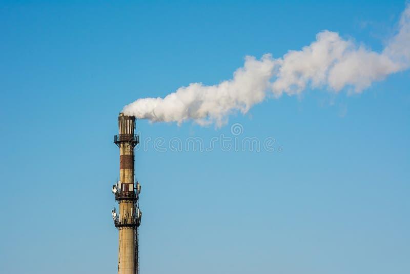 Sluit omhoog van Witte industriële rook van schoorsteen royalty-vrije stock afbeelding