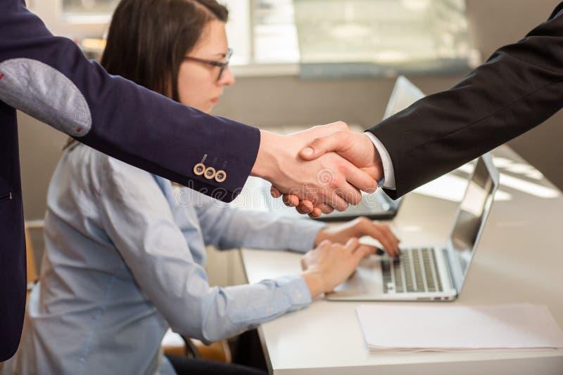 Sluit omhoog van zakenlieden en vennootschap het schudden handen voor overeenkomstenproject tijdens raadsvergadering in het burea royalty-vrije stock afbeeldingen