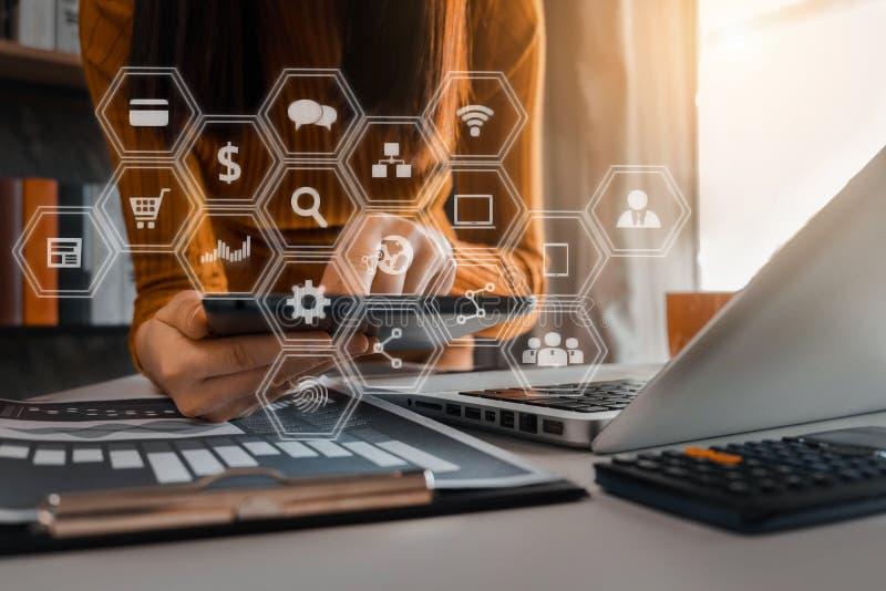 Sluit omhoog van zakenman die aan calculator werken financieel gegevensrapport, boekhoudingsdocument en laptop computer te bereke stock afbeelding