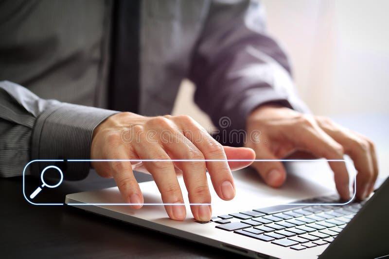 sluit omhoog van zakenman het werken met laptop computer aan houten D royalty-vrije stock foto's
